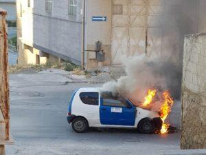 Auto prende fuoco mentre è in marcia, distrutta una Fiat 600